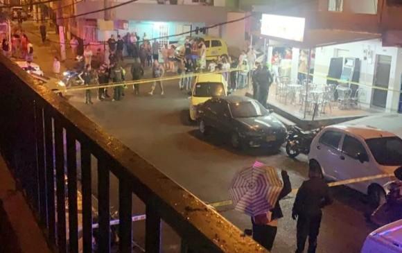 Los vecinos del barrio La Esperanza salieron a auxiliar a los heridos, después se quedaron junto al acordonamiento de la escena del crimen. FOTO: cortesía de Guardianes Antioquia.