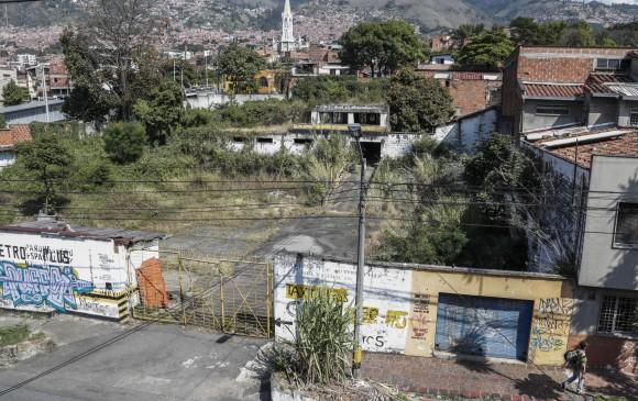 Así se ve el espacio en donde estará ubicado el parque de Prado Centro, entre las calles 66 y 67 (Manizales y Barranquilla) y las carreras 49 y 50 (Venezuela y Palacé). FOTO Róbinson sáenz vargas.