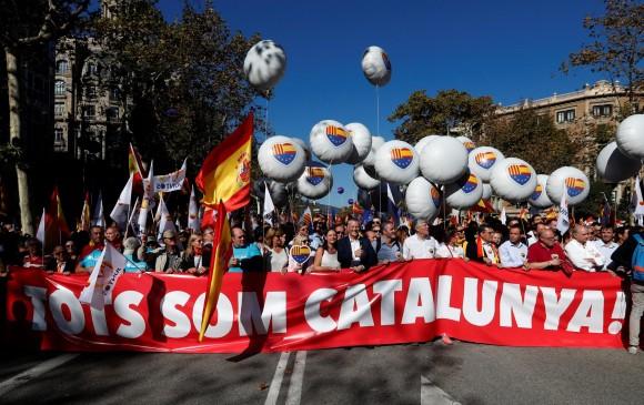 """Bajo el lema """"¡Todos somos Cataluña!"""", una multitud de personas se concentró en el paseo de Gracia de la capital catalana. FOTO REUTERS"""