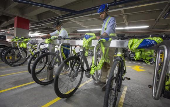 El uso de las bicicletas, ya sean eléctricas o tradicionales, es la estrategia que con más frecuencia han implementado las empresas como aporte a la movilidad sostenible en la ciudad. FOTO Manuel Saldarriaga
