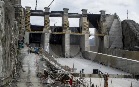 Tanto EPM como el consorcio constructor esperan retomar el control de la megaobra en este último trimestre del año. El agua empezaría a salir por el vertedero (foto) en noviembre. FOTO jaime pérez