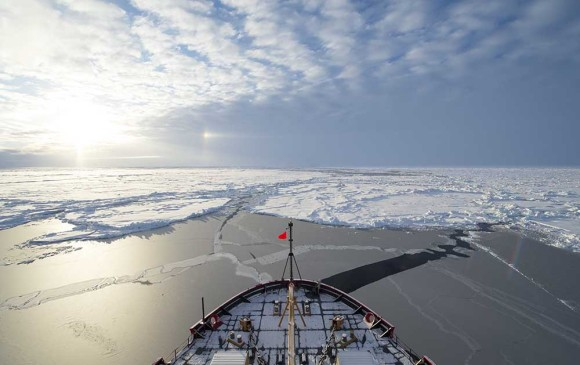 El barco apunta hacia el polo norte geográfico, la punta del eje. El magnético es el que se mueve y crea problemas a la navegación. Foto US Coast Guard