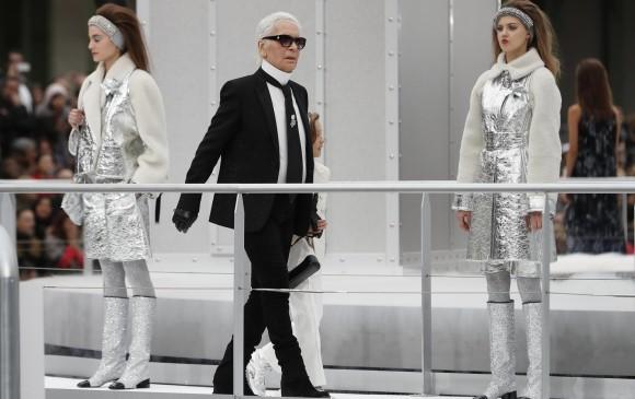 karl lagerfeld en el desfile de Chanel. FOTO EFE
