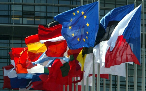 Banderas de las naciones que conforman la Unión Europea frente al parlamento. FOTO: REUTERS