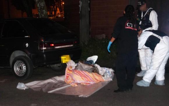 Cadáver de un hombre hallado en la carrera 46 con calle 35, estaba amarrado, envuelto en bolsas plásticas y en el baúl de un carro particular 24 de mayo de 2012. Foto: Reportero Qhubo