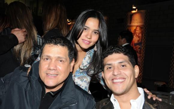 Hebert King, a la izquierda, con Mimi Anaya y Héctor Zuleta en el lanzamiento de la novela Tierra de cantores. FOTO Archivo El Colombiano