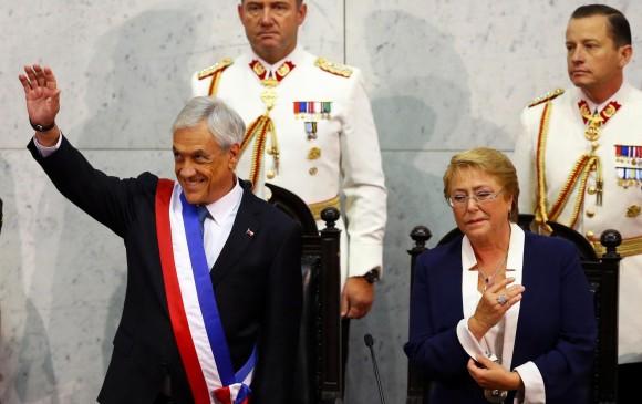 El conservador Sebastián Piñera (I) junto a la socialista Michelle Bachelet (D). FOTO REUTERS