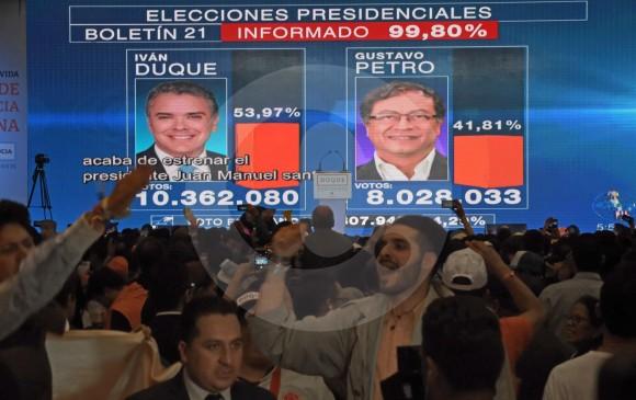 Resultados electorales proyectados en la pantalla principal de la sede de celebración de la campaña.