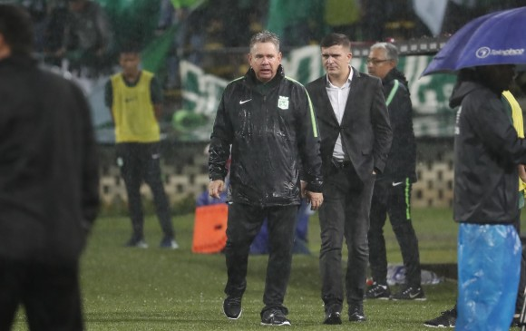 Hernán Darío Herrera protestó por la pierna fuerte de los jugadores de La Equidad y fue expulsado.