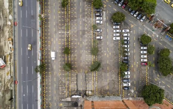 Según Camacol Antioquia hay déficit de parqueaderos en sectores como La Alpujarra, Plaza Mayor, Jardín Botánico y alrededores de las estaciones del metro. Foto: Esteban Vanegas