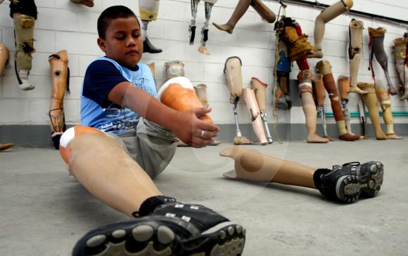 El niño Kevin Saldarriaga fue uno de los primeros beneficiarios con una prótesis de Mahavir Kmina cuando, en enero de 2009, fue arrollado por el tren turístico de Medellín, accidente en el que perdió sus piernas y su mano izquierda. FOTO archivo Esteban Vanegas