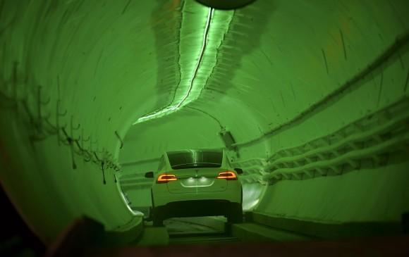 Elon Musk presentó un túnel subterráneo que promete eliminar el tránsito