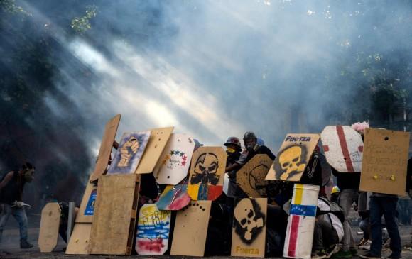 Los enfrentamientos entre manifestantes y fuerza pública no cesan en Venezuela. FOTO AFP