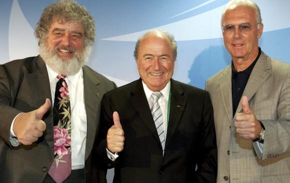 Chuck Blazer (izq), el expresidente de la Fifa, Joseph Blatter (centro), y Franz Beckenbauer (der). FOTO EFE