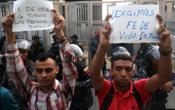 Opositores salieron a las calles a protestar por la muerte de Albán y reclmar libertad para todos los presos políticos. AFP