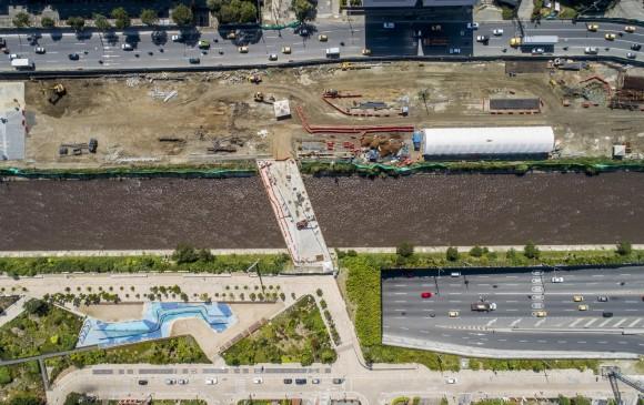 Arriba: avance constructivo de la fase 1B (margen oriental) y zonas de etapa 1A, entregadas en agosto de 2016. Abajo: modelación de la plaza de agua. FOTO Esteban Vanegas Y RENDER DE 2015