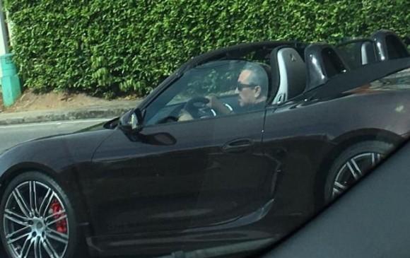La foto de Aguilar conduciendo un vehículo de lujo despertó la polémica en el país. FOTO COLPRENSA