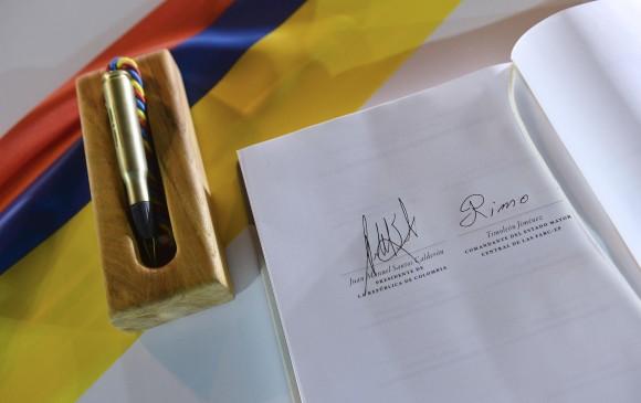 """El """"balígrafo"""" fue el indicado para plasmar la firma de Juan Manuel Santos y Rodrigo Londoño sobre el acuerdo final. FOTO Cortesía Presidencia"""