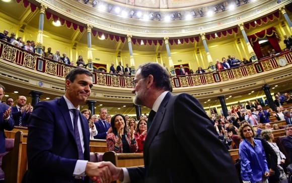 La foto de la jornada, cuando Mariano Rajoy (derecha) fue el primero en felicitar a Pedro Sánchez, en el mismo momento en que fue destituido. Las caras de ambos lo expresaron todo. FOTO Reuters