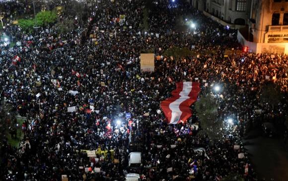 Manifestantes en Perú defienden la democracia, no a Vizcarra