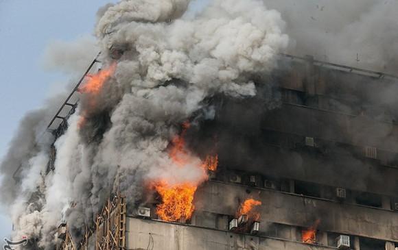 Colapsa edificio mientras bomberos trataban de apagar incendio en Irán
