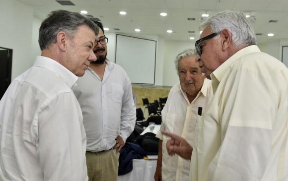 En Cartagena se reunieron los representantes del Gobierno encabezado por el presidente Juan Manuel Santos (Izq), los líderes de Farc y los expresidentes de Uruguay, José Mujica (der fondo) y del gobierno Español, Felipe González (der). FOTO Cortesía Presidencia