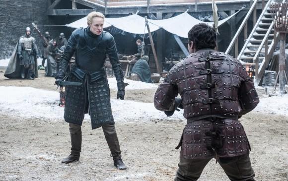 Brienne Tarth, al parecer, enseñándole a su escudero sobre estrategias de batalla.