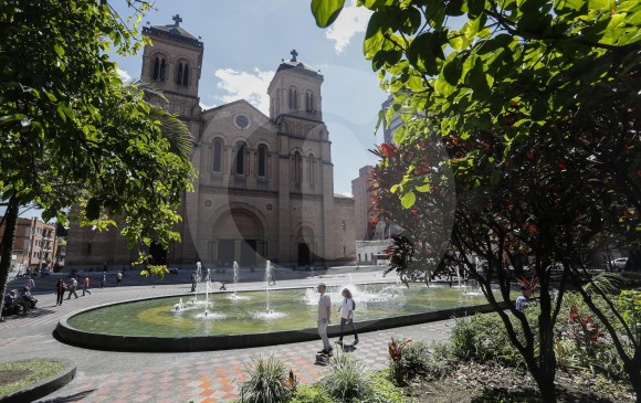 En los últimos años, el Parque Bolívar ha ganado seguridad, lo que constituye un atractivo para visitarlo. La Catedral Metropolitana, considerada patrimonio arquitectónico, es uno de sus principales atractivos, igual que la fuente de agua. FOTO MANUEL SALDARRIAGA