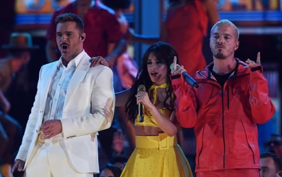 Ricky Martin, Camila Cabello y J Balvin. FOTO AFP