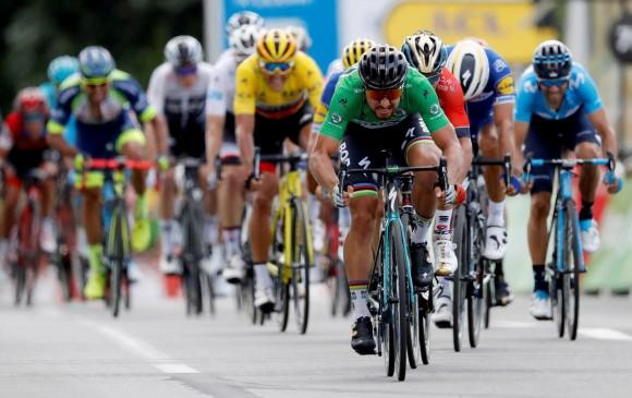 Peter Sagan aprovechó que Fernando Gaviria no estuvo en el lote de llegada para alzarse con su segundo triunfo en el Tour. FOTO EFE