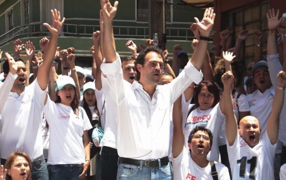 El alcalde Federico Gutiérrez recorrió las calles con un extenso equipo de voluntarios y colaboradores. Muchos de ellos, aún integran la Administración Municipal. FOTO cortesía verónica Echeverri