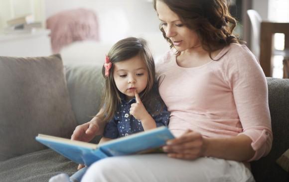 Leerles a los niños crea una conexión especial entre padres e hijos, además con la literatura, claro. FOTO sstock
