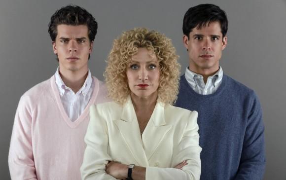 Gus Halper, Edie Falco y Miles Gastón Villanueva protagonizan la serie Law & Order True Crime: El caso Menéndez. FOTO Cortesía FOX