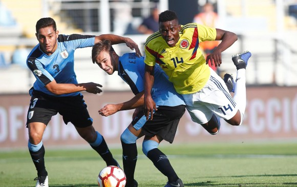 Jáder Valencia durante una de las acciones del juego de ayer ante Uruguay, juego que terminó sin goles. FOTO EFE