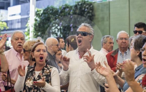 Ciudadanos protestando en Eafit por la escasez de tarjetones de la derecha. FOTOs Santiago Mesa