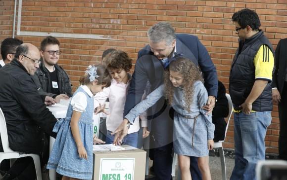 Iván Duque permitió que una de sus hijas depositara su voto en la urna del Instituto Pedagógico Nacional.