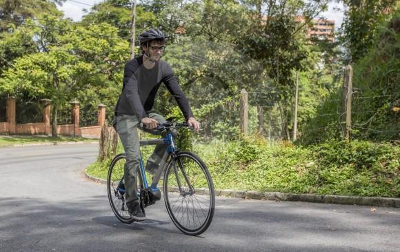 En Medellín, donde hay pendientes difíciles de subir, es cada vez más popular el uso de bicicletas eléctricas, con precios entre los 2,5 millones de pesos y los 6 millones. FOTO Esteban Vanegas