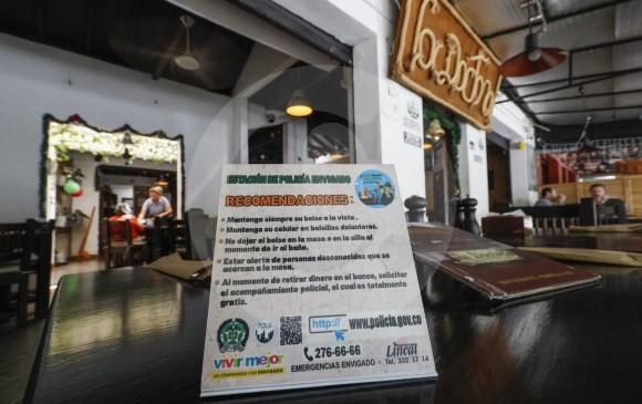 """Con """"habladores"""" en las mesas de los restaurantes previenen los hurtos en algunas zonas de Envigado. FOTO MANUEL SALDARRIAGA"""