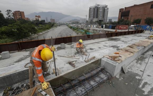 En el puente peatonal sur, que unirá las dos fases, se realiza urbanismo. FOTOS MANUEL SALDARRIAGA