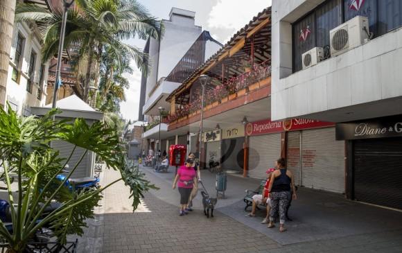 Caminar por el Centro mientras escucha sobre la historia de Medellín, esa es una buena idea. Ahí está incluido ese recorrido por la calle Junín, conocido como juniniar.