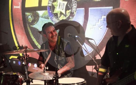 El 9 de junio pasado Alejandro Duque tocó con Bajo Tierra en Barnaby Jones, Envigado. Estuvo con la alineación de hace 18 años, interpretando los mejores temas de la banda. FOTO Edwin Bustamante