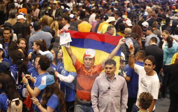 Asistentes a la celebración del triunfo que tuvo lugar en el Cubo de Colsubsidio en Bogotá.