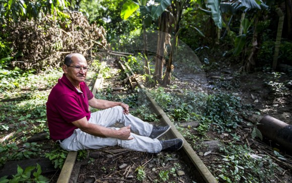 Cerca a la entrada de Girardota, detrás de la casa de Óscar Hincapié Mira, antiguo inspector de vías del ferrocarril, se conservan las carrileras del tren. FOTO JAIME PÉREZ