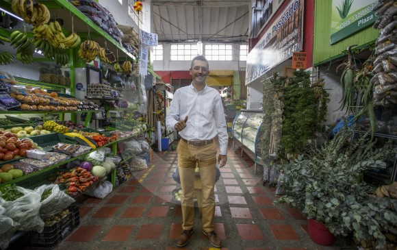 El acto de posesión de Espinosa, el 1 de enero, será en el parque principal del municipio. En la imagen, durante el primer recorrido como alcalde electo por la plaza de mercado. FOTO Santiago Mesa