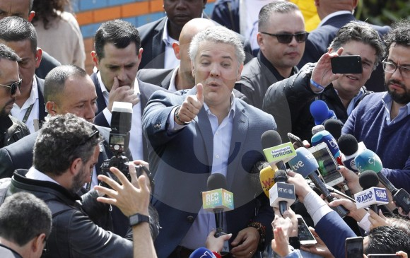 En la mañana, Duque se reunió con los medios de comunicación en Bogotá minutos después de sufragar.