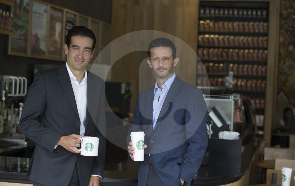 Ricardo Rico, VP de Starbucks Latinoamérica (izq.), y Fabián Gosselin, gerente para América Latina de Alsea, estuvieron en la inauguración de la tienda, ubicada en la Milla de Oro, Cra 43A # 3Sur-92. FOTO Donaldo Zuluaga