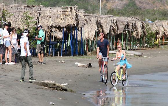 Vives y Shakira cantaron la canción mientras iban en bicicleta por la playa. FOTO Colprensa