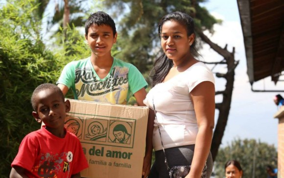 La Caja del amor es una campaña navideña que busca fomentar el regalo de familia a familia, la idea es que se donen alimentos básicos y regalos para los que más lo necesitan. FOTO Cortesía.