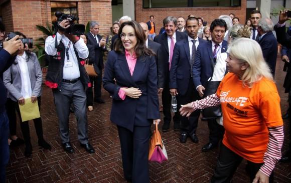 Morales celebró con sus simpatizantes a la salida de la sesión en la que quedó en firme su candidatura presidencial. FOTO COLPRENSA