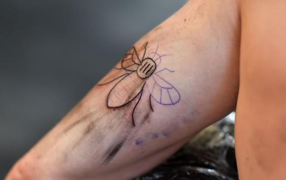 Tatuajes de abejas en solidaridad con víctimas de Manchester